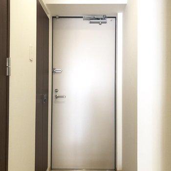 玄関はコンパクトめ。※写真は7階の同間取り別部屋のものです