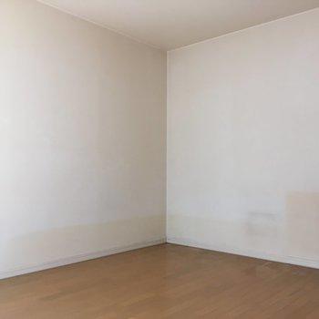 窓側にダイニングテーブル&テレビを置いて、ベッドはここかな〜!