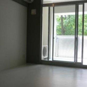 お部屋がモノトーンなので、家具で彩りましょう※写真は別部屋。