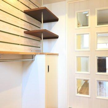 お部屋に入る扉前にも棚があります。