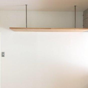 キッチンの後ろに吊り棚。