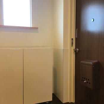 玄関に小窓付き。