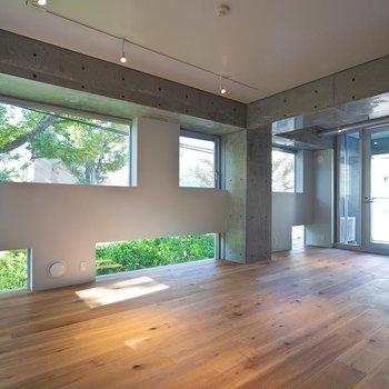 白とコンクリート、窓の外の緑がいいバランスです ※写真は別部屋です