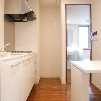 玄関からのキッチン※写真は別部屋です