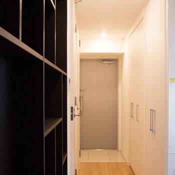 廊下は優秀な収納スペースです ※写真は別部屋です。