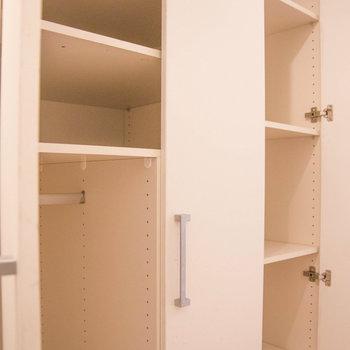 廊下の収納がたっぷりあります! ※写真は別部屋です。