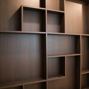 キッチンの向かいにある飾り棚、おしゃれにつかえそう♪ ※写真は別部屋です。