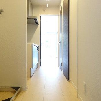 玄関からの眺め※写真は同じ間取り103号室