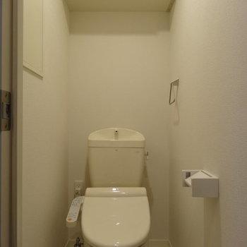 収納もあるウォシュレット付きトイレ※写真は同じ間取り103号室
