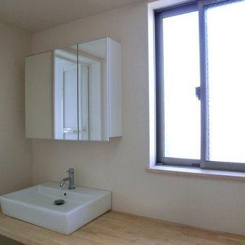 木製の洗面台なのがいい。窓もいいですね。※写真は前回募集時のものです