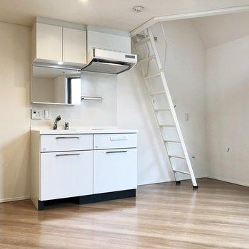 白いキッチン!鏡付きです。※ 写真は前回募集時のものです