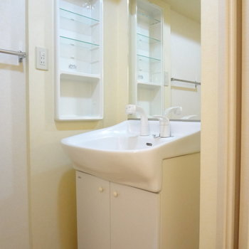 洗面台の横に収納棚があるから、使いやすそう。