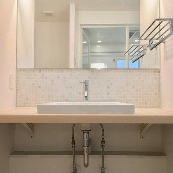 タイルが可愛らしい独立洗面台!※2階の反転間取り別部屋の写真です