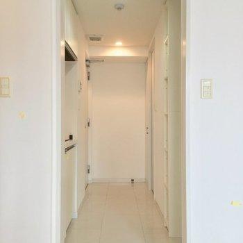とりあえず玄関方面へ進んでみましょう〜※2階の反転間取り別部屋の写真です
