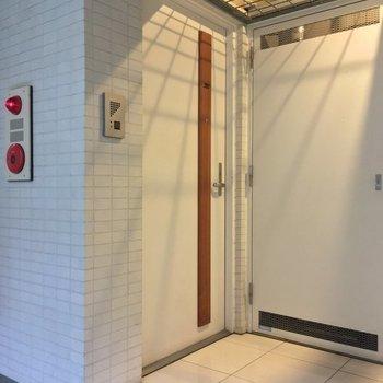共用部もホワイトで。天井の影がいい感じ※2階の反転間取り別部屋の写真です