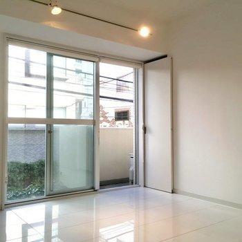 ツヤツヤのタイルが美しい※2階の反転間取り別部屋の写真です