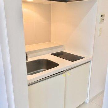 キッチンはシンプルなIH2口タイプ!※2階の反転間取り別部屋の写真です