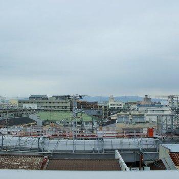 バルコニーからの景色。あいにくの曇りですが、晴れたらきっと綺麗!