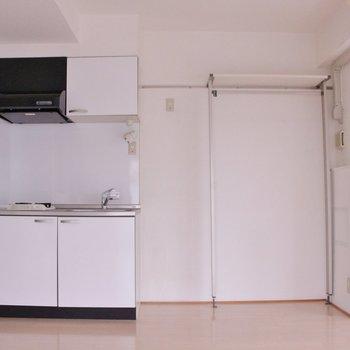 玄関のすぐ横にキッチン!右端の窓からバルコニーに出られます。