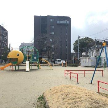 これは隣りにある公園。亀のすべり台がかわいい!