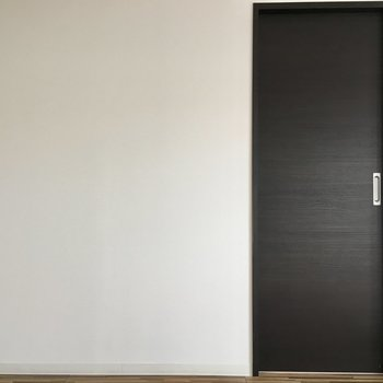 こちらは洋室へつなぐ扉。