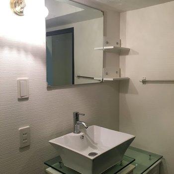 洗面台の鏡は正方形。