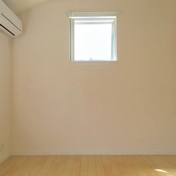 ベッドは壁際に寄せる感じかな?