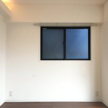 こっちの壁には窓あります。