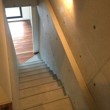 おっと、下に続く階段が、、!