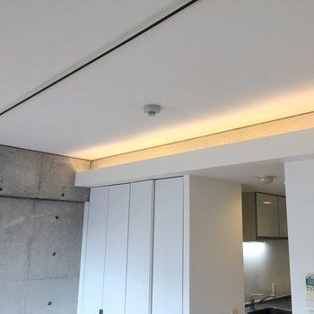 照明が壁の上部にあります。