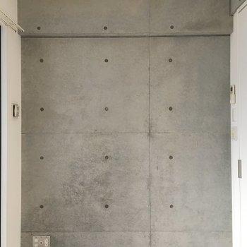このお部屋も壁の一面がコンクリート。