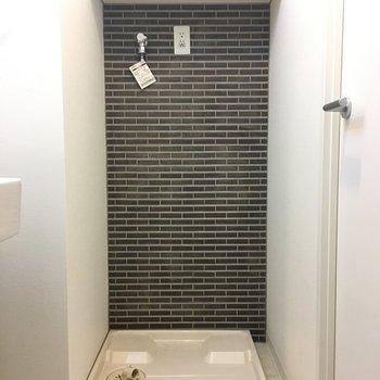 洗面台横には洗濯機。上部に棚付き!