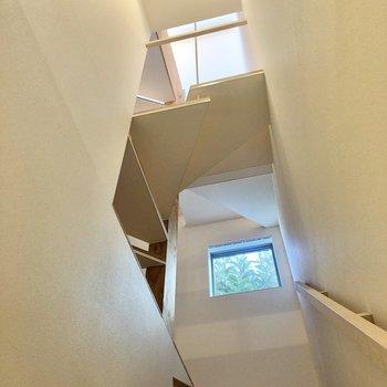 【1階】1階から見上げてみたアングルも良いですね……。