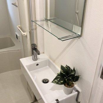 【1階】やや小さな洗面台になっています。