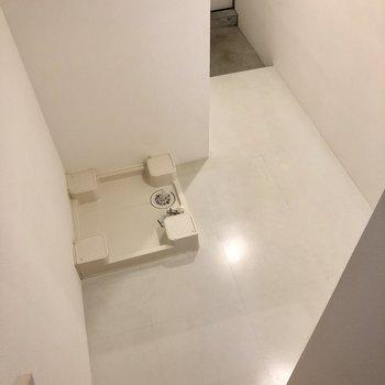 【1階】降りたところに洗濯機置き場です。