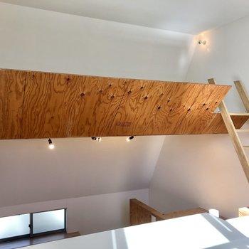 【LDK】右手のはしごからロフトに上がります。