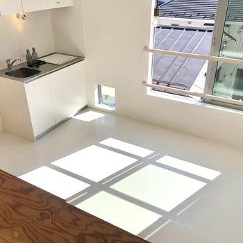 【ロフト】見下ろすと窓の形が床に映り、日当たりの良さがよく分かります。