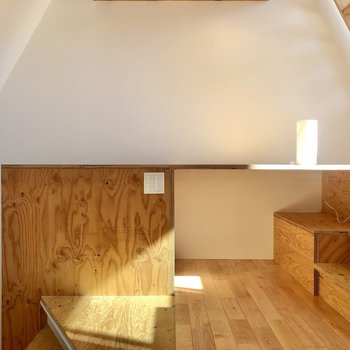 【LDK】反対側にはデザインに溶け込んだ作業台が。椅子を持ち込んでデスクにできます◎