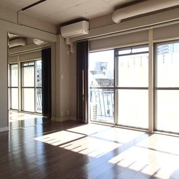 お部屋には姿見も。ダンススタジオみたい。