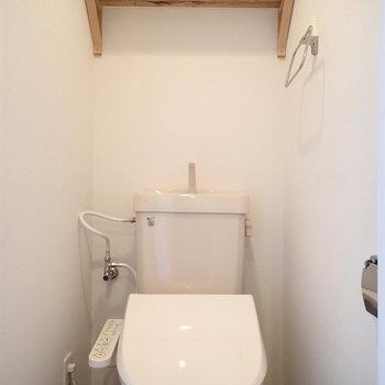 トイレはしっかり個室で棚もついています。