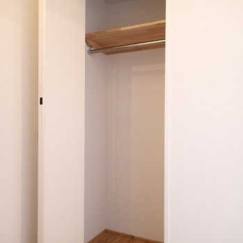お部屋には扉付きの収納と、