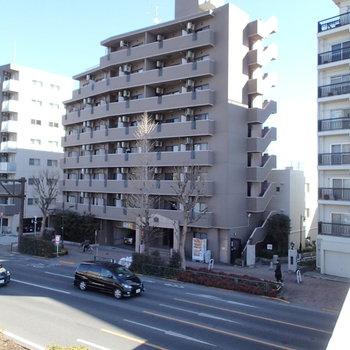 環七通りに建つ8階建てのマンションです。