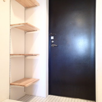 玄関。洗濯機置くと少し圧迫感があるかも。
