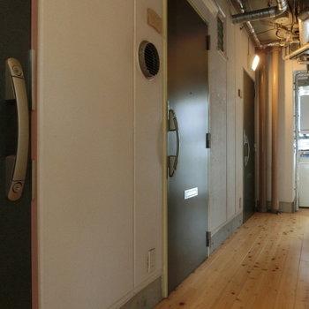 共用通路も無垢材が敷いてあります。※写真は8階の同間取り別部屋のものです