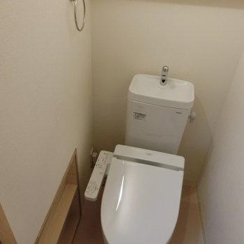 トイレは棚付き※写真は8階の同間取り別部屋のものです