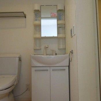 独立洗面台が嬉しい。※写真は同間取りの別部屋です。
