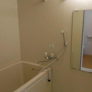 浴室乾燥機があるので雨の日の洗濯物も安心!※写真は同間取りの別部屋です。