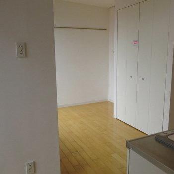 キッチンの対角線が居室になります。※写真は同間取りの別部屋です。
