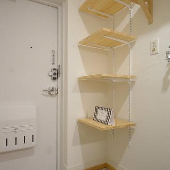 玄関は白タイルと靴入れを!手前は洗濯パン置き!※前回募集時の写真です。
