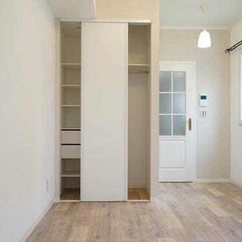 収納は左右違うタイプに。※写真は2階の別部屋です